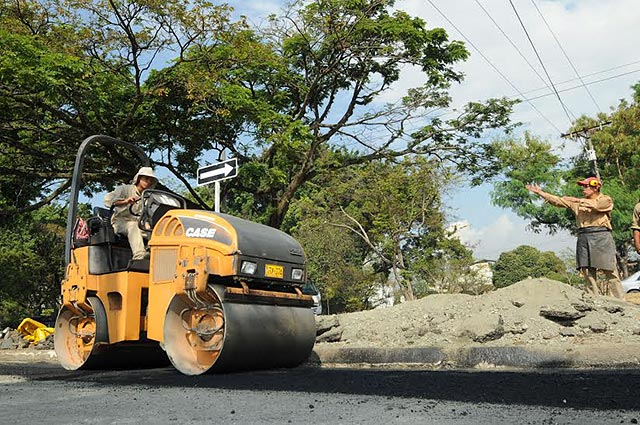 En Santo Domingo arreglan baches en la avenida Chone
