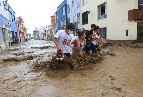 Gobierno de Ecuador dispone de avión para retornar a ciudadanos varados en Perú por el clima y envía carga solidaria