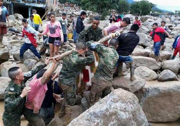 Suben a 306 los fallecidos por alud en Colombia, entre ellos 92 niños
