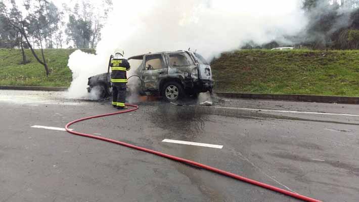 Auto se incendia en la Av. Simón Bolívar