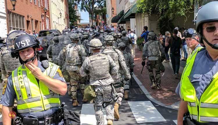 manifestantes en Charlottesville