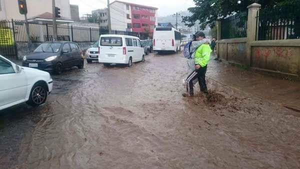 Calles de Quito inundadas por las lluvias
