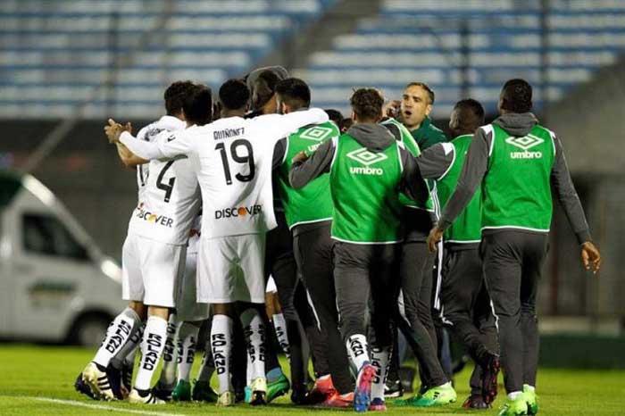 Liga vence a Defensor Sporting y se aferra a la Copa Sudamericana