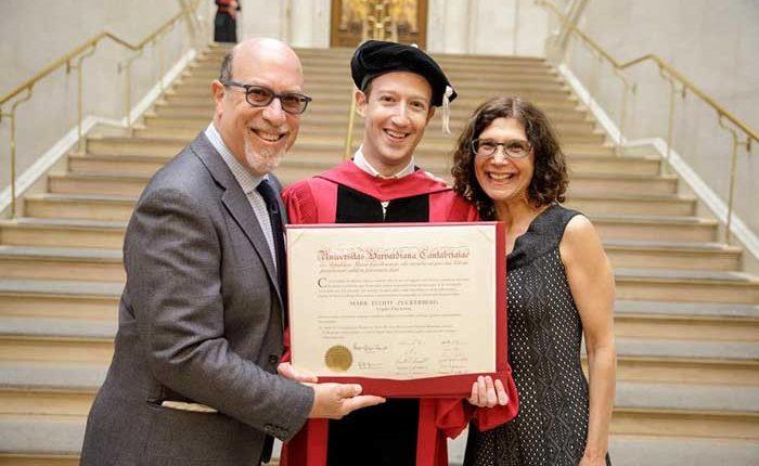 Mark Zuckerberg, CEO de Facebook se graduó de la Universidad