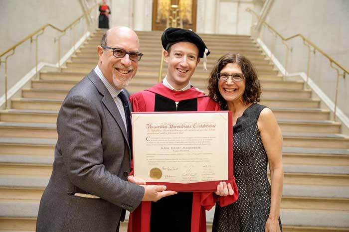 Mark Zuckerberg, CEO de Facebook se graduó de la Universidad