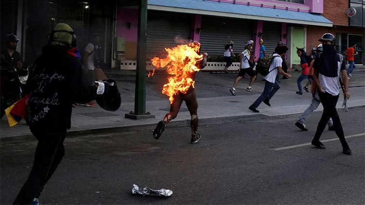 Prenden fuego a una persona en protestas en Venezuela