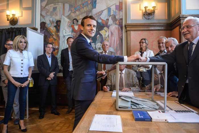 Sondeos dan la victoria a Emmanuel Macron.