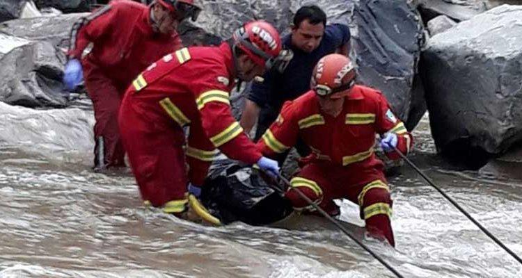 Bomberos rescatan el cadáver encontrado en el río Paute.