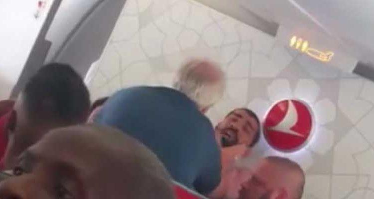 Pasajero abofeteado en avión