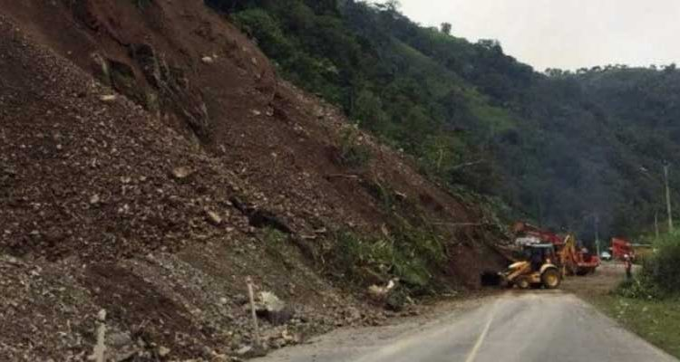 Retiro de escombros en la vía Alóag-Santo Domingo