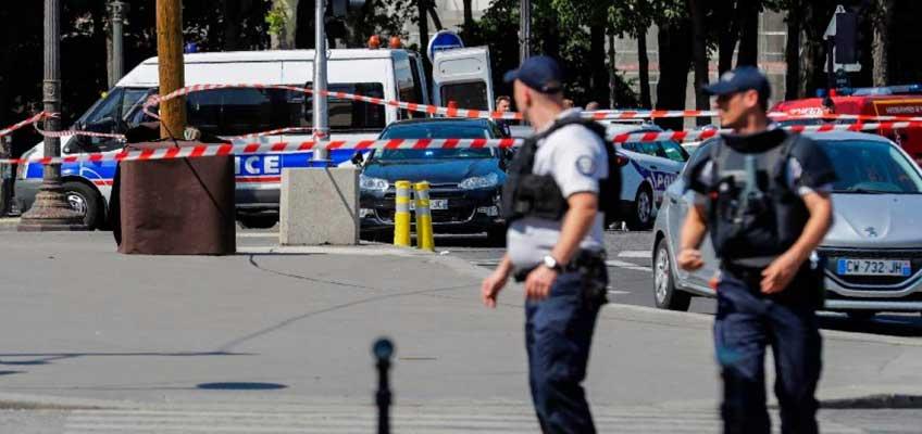 Vehículo embiste furgón policial