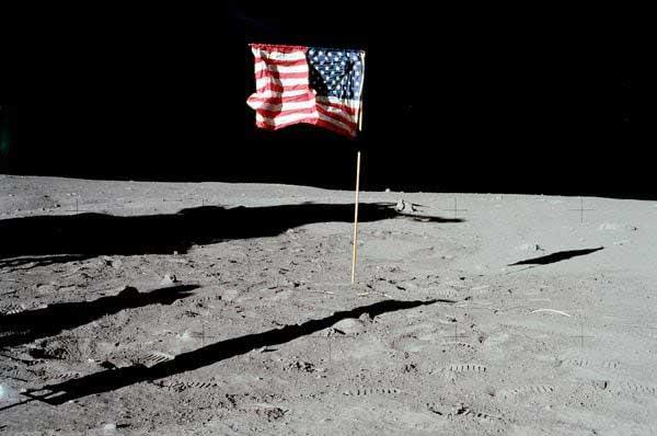 Bandera de Estados Unidos se desintegra en la Luna