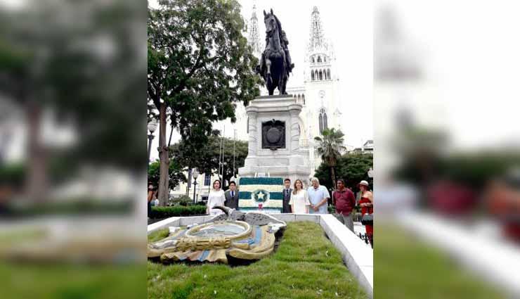 Municipio de Guayaquil deja ofrenda a monumento de Simón Bolívar