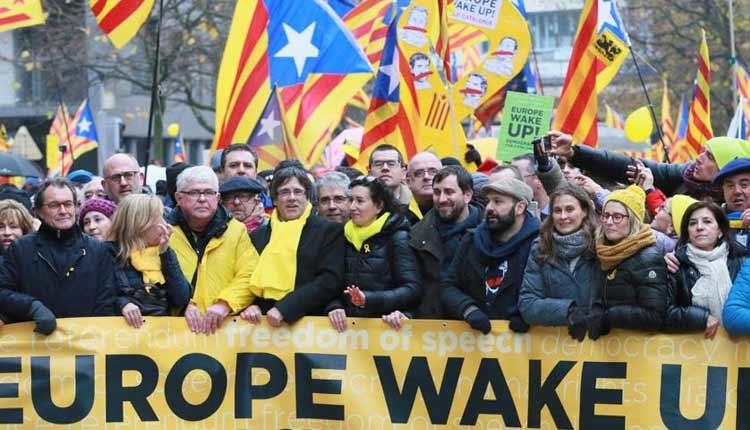 Puigdemont en la cabecera de la manifestación en Bruselas