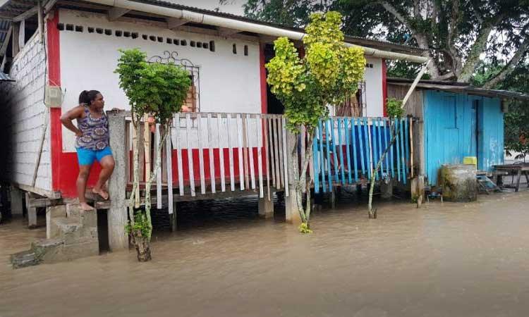20 familias evacuadas por desbordamiento en zona norte de Esmeraldas