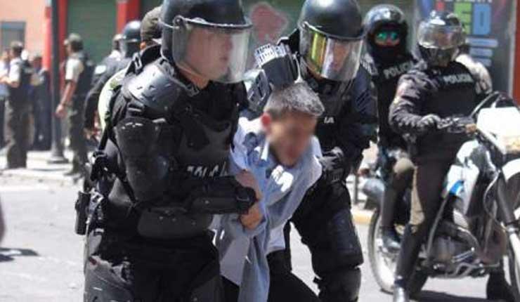 Un detenido durante las protestas en las inmediaciones del Colegio Mejía