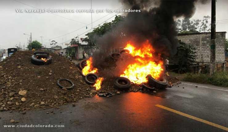 Vía Naranjal-Puerto Inca amaneció cerrada por manifestaciones