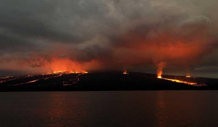 Volcán en islas Galápagos entra en erupción