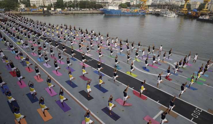 Celebran Día Internacional del Yoga en todo India