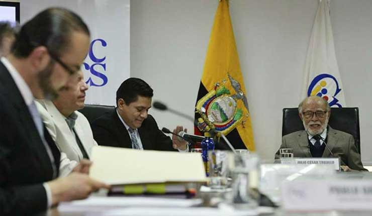 Ente supervisor temporal destituye a superintendente de Bancos en Ecuador