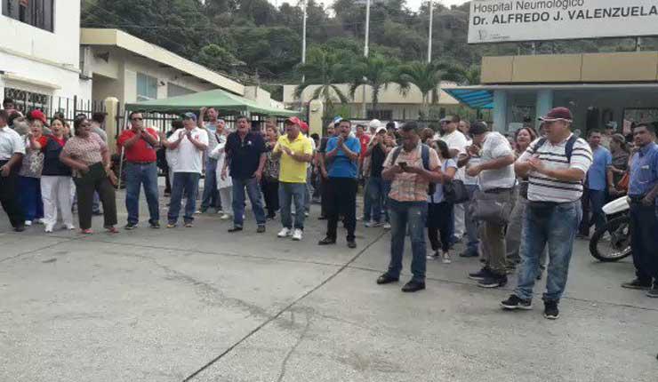 Con plantón, trabajadores del Hospital Neumológico de Guayaquil piden su reapertura