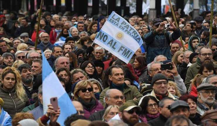 Argentinos marchan contra préstamo de FMI y ajustes