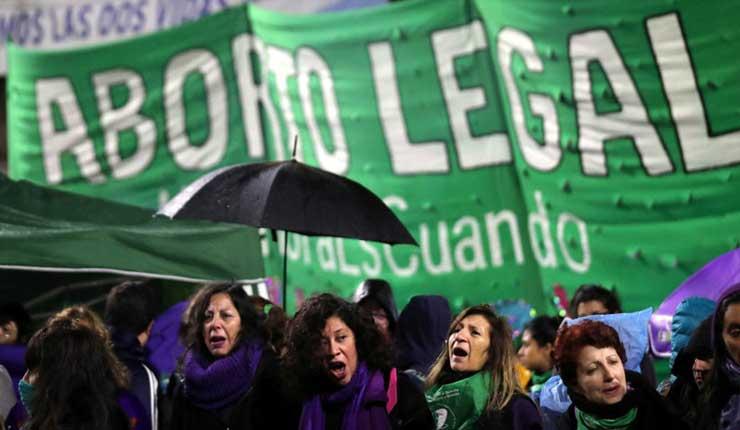 Ecuatorianos marchan a favor de la legalización del aborto en Argentina