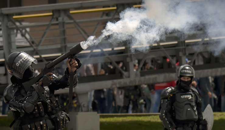 Fuertes choques entre policías y manifestantes en protesta a las políticas de Gobierno de Duque en Colombia