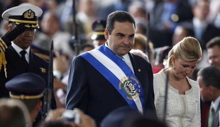 Expresidente salvadoreño confiesa que desvió fondos públicos