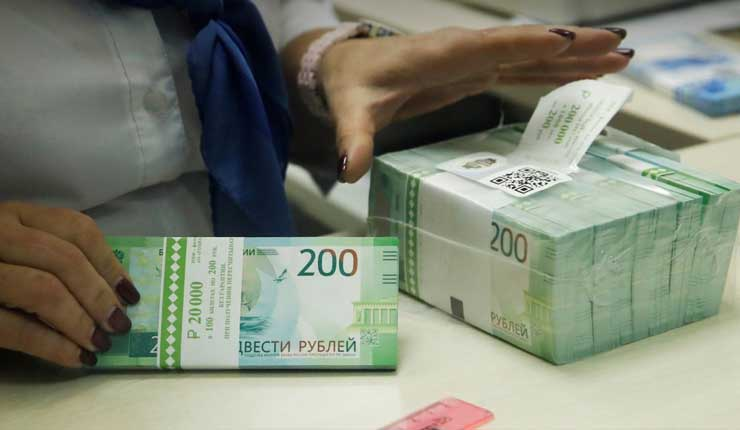 El rublo ruso cae a su nivel más bajo frente al dólar