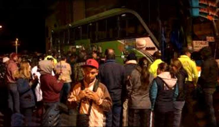 Cientos de ciudadanos venezolanos se concentran en Tulcán e inician su ruta hacia Perú