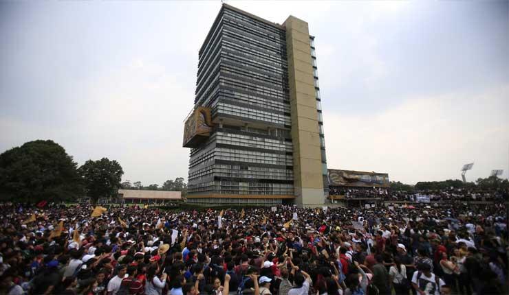 Miles alumnos marchan contra violencia en universidad México