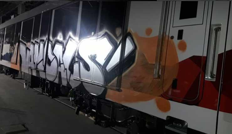 Banda asalta talleres del metro de Quito, y pintan con grafittis uno de los vagones