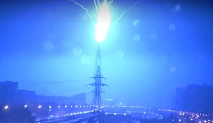 Momento en que un relámpago impacta el rascacielos más alto de Europa es captado en Video