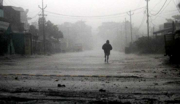 Un potente ciclón azota India, causando ocho muertos