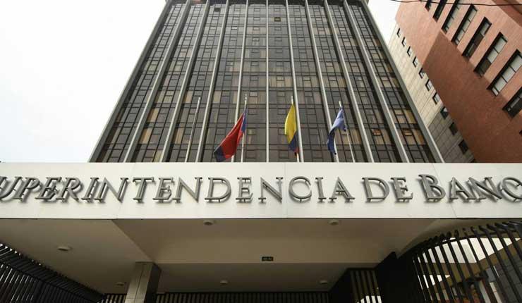 Clientes de entidades bancarias de Ecuador en alerta por descuentos en sus cuentas