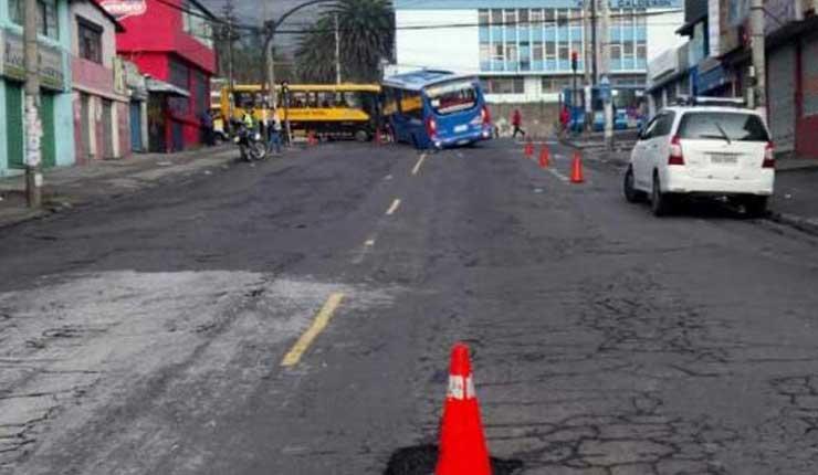 Bus de trasporte urbano cae en bache y provoca congestión en Quito