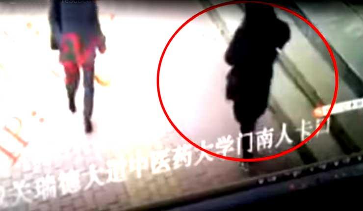 """China: Un agujero se abre en el suelo y se """"traga"""" a una mujer"""