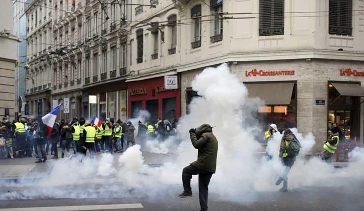 Francia: chalecos amarillos bloquean rotondas