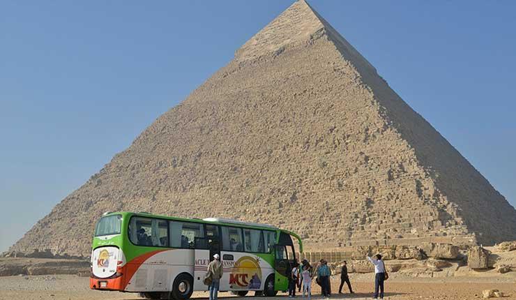 Autobús turístico explota cerca de pirámides en Egipto, dejando muertos y heridos