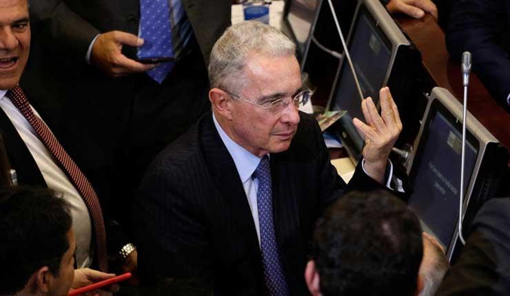 Lanzan una bolsa con ratones a la bancada de Uribe en el Congreso de Colombia