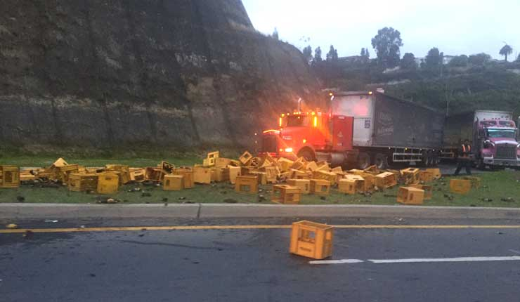 Camión cargado de cerveza, se volcó en la Av. Interoceánica nororiente de Quito