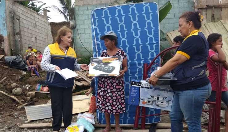 Familias damnificadas tras desprendimiento de muros de construcción, reciben ayuda de las autoridades en Santo Domingo
