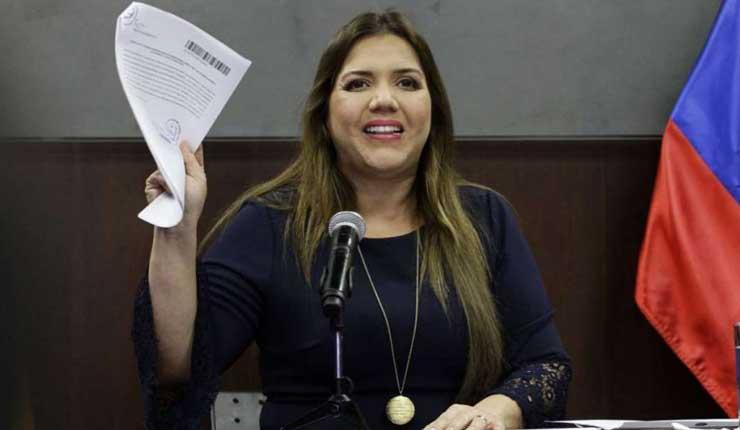 Fiscalía prohibe salida del país a María Alejandra Vicuña