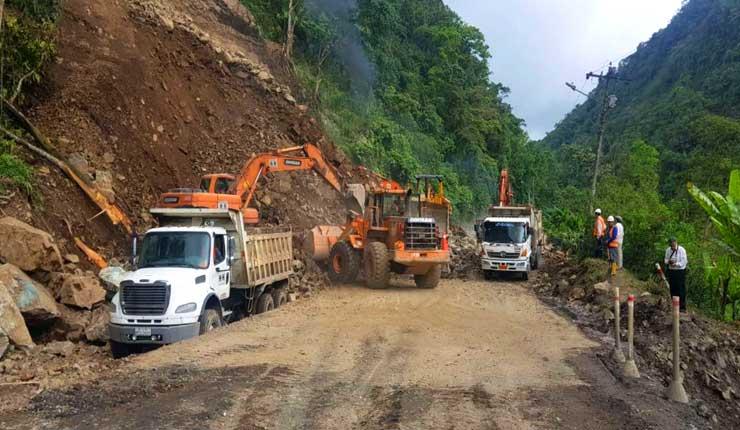 Derrumbe en la vía Aloag-Santo Domingo bloquea el transito