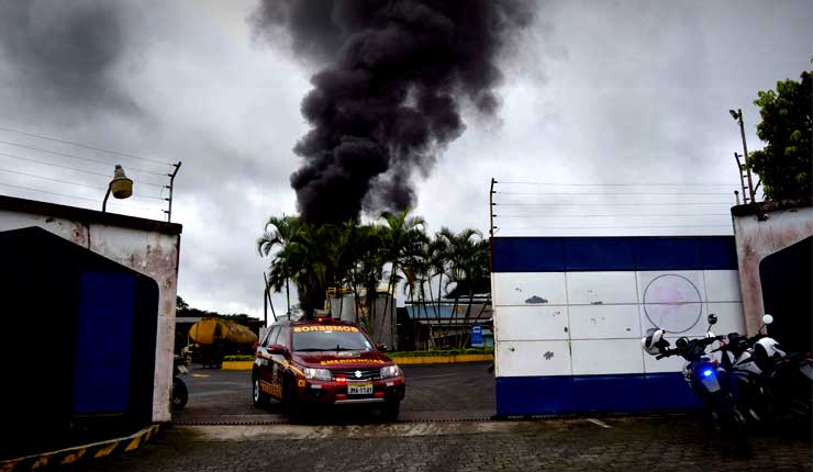 Incendio en fábrica de aceite causa temor en Santo Domingo