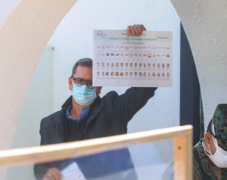 Carlos Rabascall ejerce su derecho al voto